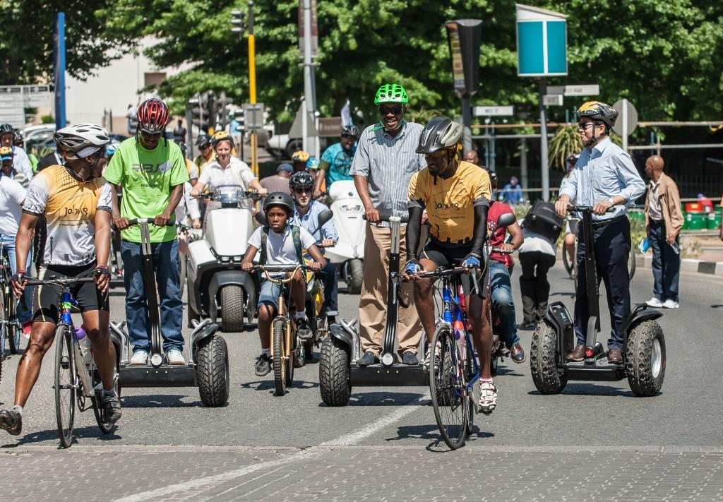2015-10-04 Streets Alive parade from Sandton to Alexandra - Escorted by cyclists the Mayors Park Tau and Yeom Tae-Young ride through Sandton - Simphiwe (2)